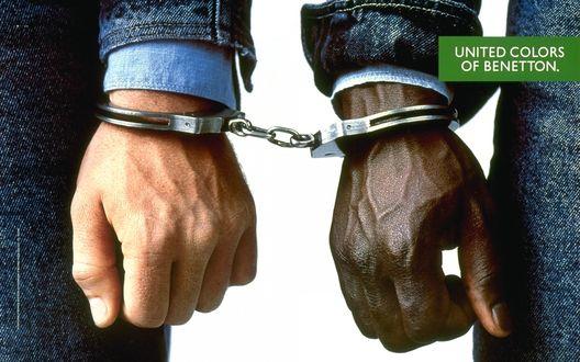 Обои Руки мужчин скованны наручниками (United colors of Benetton)