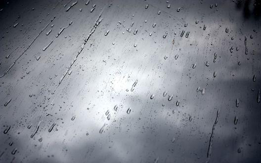 Обои Капли дождя на стеле на фоне мрачного неба