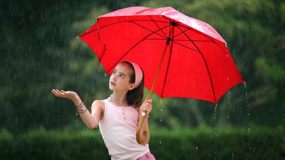 Обои Девочка с красным зонтом гуляет под дождем