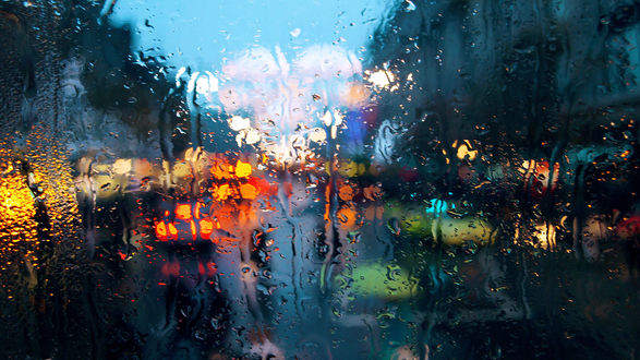 Обои Красивые и лиричные капли дождя на стекле. Дождь за стеклом. Яркая и пронзительная фотография дождя
