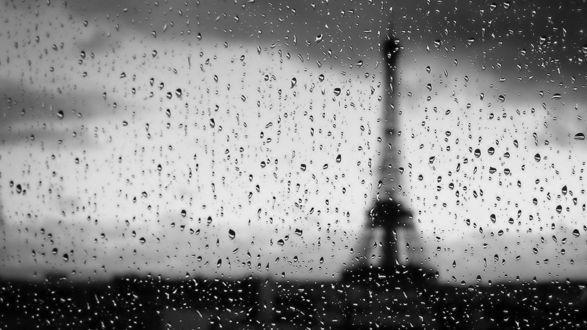 Обои Сквозь капли дождя на стекле виднеется Эйфлева башня.