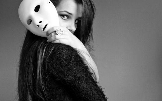 Обои Грустная девушка с белой маской в руке