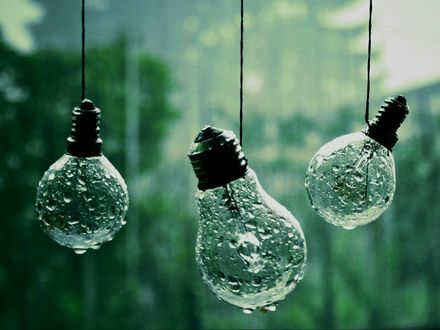 Обои Три лампочки намокли под дождем