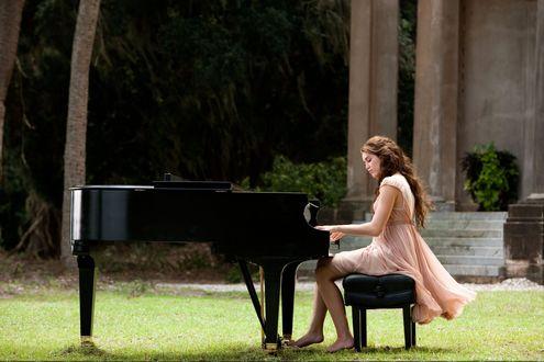 Обои Miley Cyrus / Майли Сайрус босиком играет на рояле во дворе древнего храма на траве