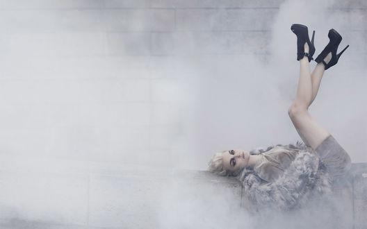 Обои Шикарная блондинка в тумане