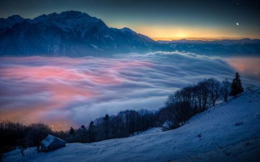 Обои Туман в заснеженных горах