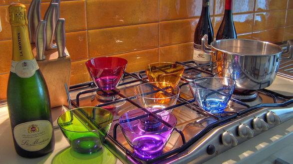 Обои Бутылка шампанского La Montina и цветные салатницы на кухонной плите