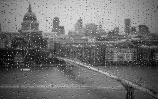 Обои Сквозь запотевшее стекло со стекающими каплями дождя мы видим город Лондон / London, Англия / United Kingdom of Great Britain and Northern Ireland. Вид на St Paul's Cathedral и Millennium Bridge