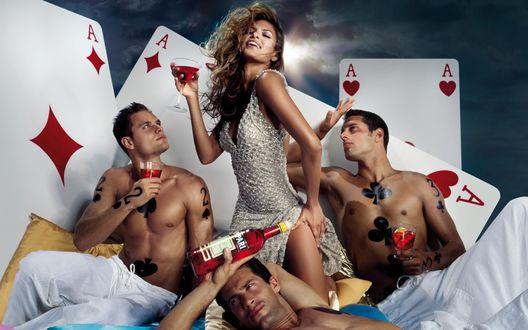 Обои Ева Мендес / Eva Mendes в окружении полуобнажённых поклонников в рекламе Campari
