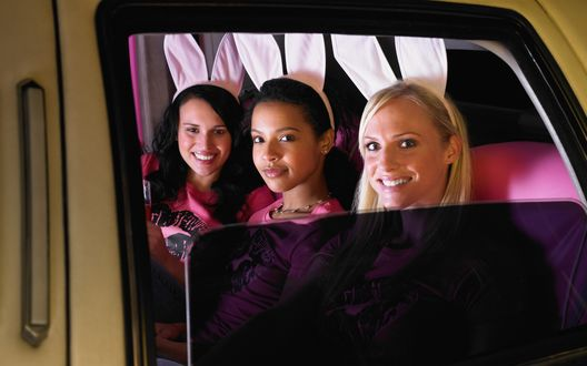 Обои Три девушки с кроличьими ушами в лимузине