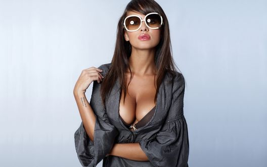 Обои Гламурная девушка в очках с глубоким декольте