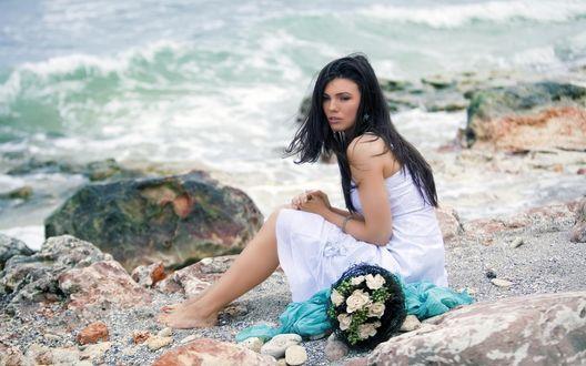 Обои Девушка с букетом цветов у моря
