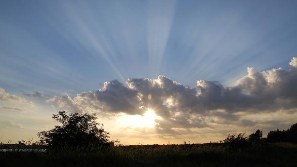 Обои Лучи солнца пробиваются через тучи