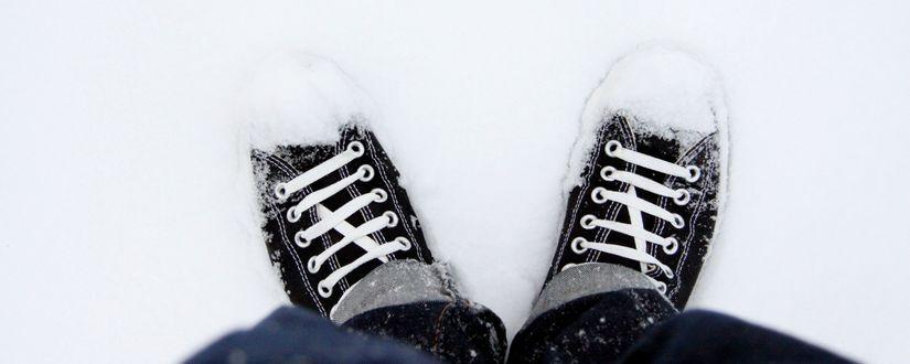 Обои Парень стоит на снегу в кедах