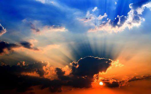 Обои Солнышко пробивается сквозь облака