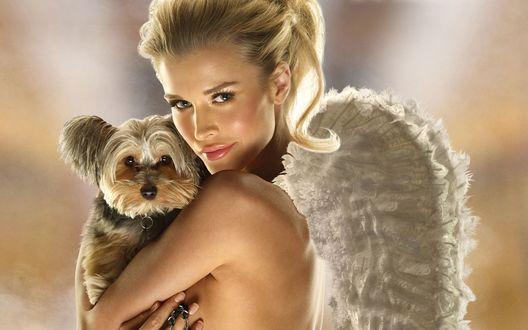 Обои Джоанна Крупа / Joanna Krupa с собачкой на руках