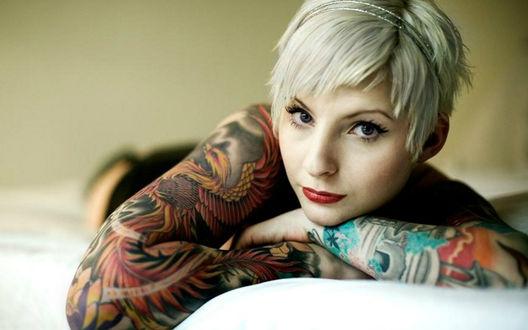 Обои Девушка с татуировками