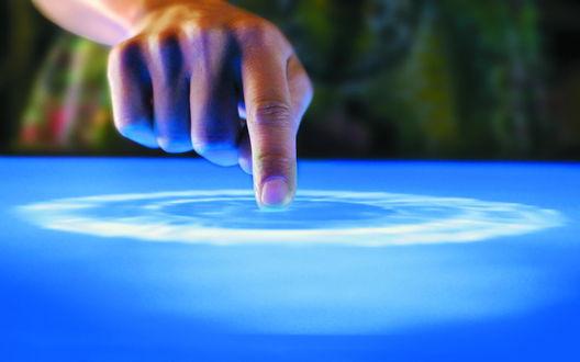 Обои Прикосновение к поверхности воды