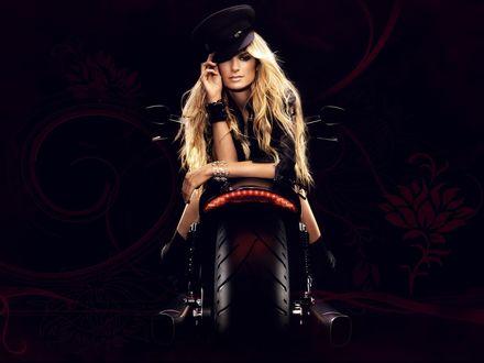 Обои Блондинка Marisa Miller / Мариса Миллер в шляпе рекламирует мотоцикл Harley Davidson