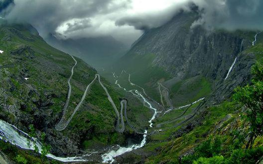 Обои Серпантин в больших горах