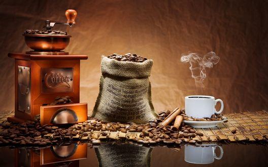 Обои Пар над ароматной чашкой кофе, кофемолка и мешок с зернами