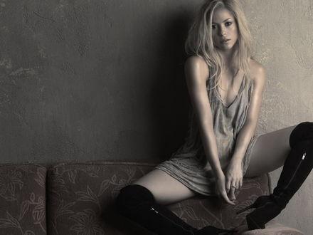 Обои Shakira / Шакира в сапогах на диване