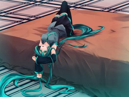 Обои Вокалоид Хатсуне Мику лежит на кровати