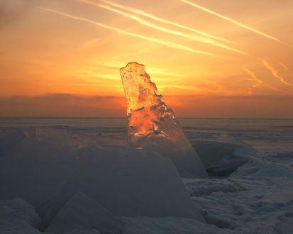 Обои Прозрачная льдина на фоне неба