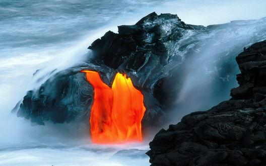 Обои Вулкан в Исландии, лава стекает по склону