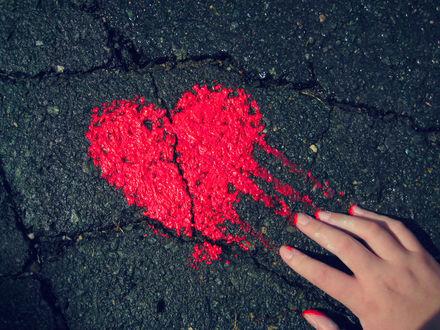 Обои Сердце на асфальте размазывают рукой