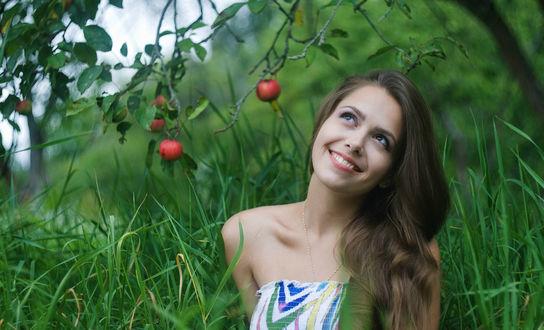 Обои Радостная девушка в яблоневом саду
