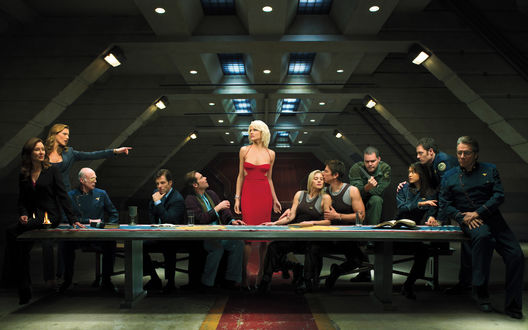 Обои «Тайная вечерия» на космическом корабле с блондинкой в красном платье в главной роли