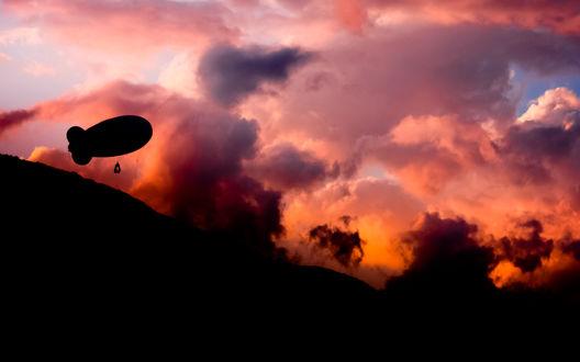 Обои Дирижабль на фоне розового неба