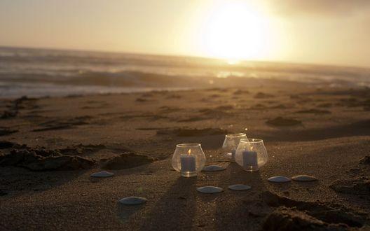 Обои Бокалы со свечками на пляже на закате