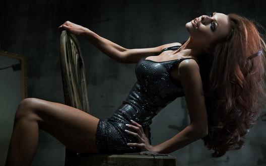 Обои Шатенка в красивом блестящем платье на стуле