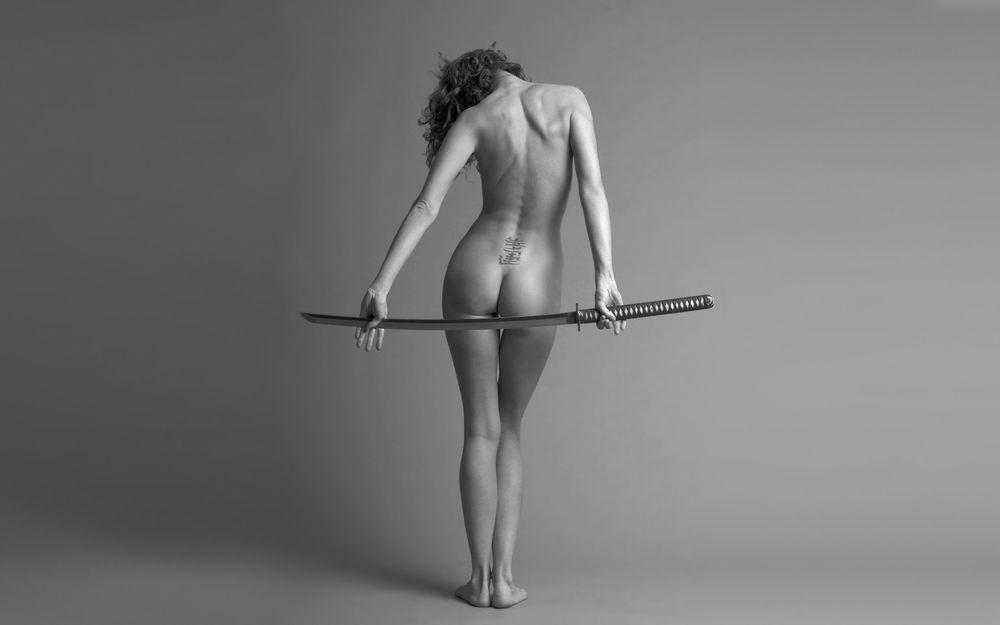 фотоласки голая девушка с самурайским мечом