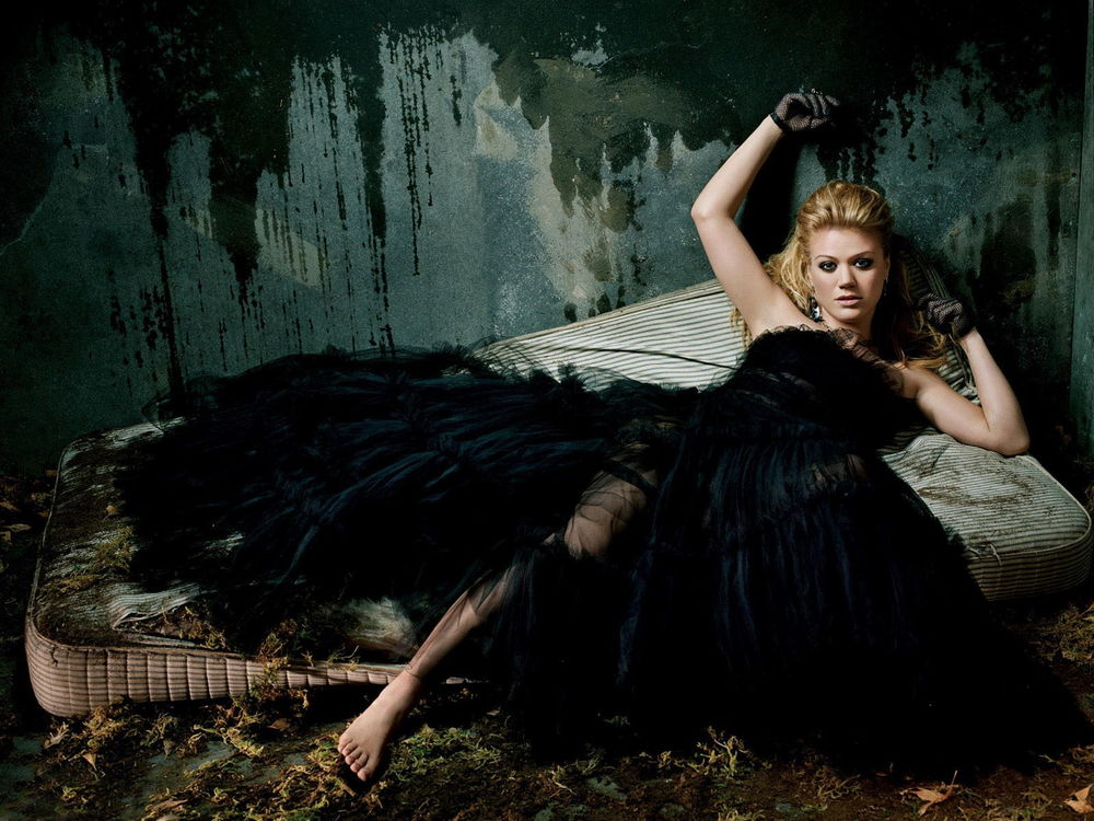 Обои девушка чёрное платье