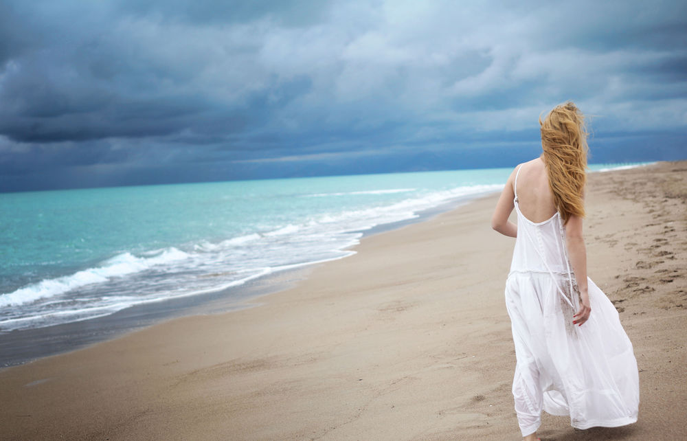 На берегу моря девушки