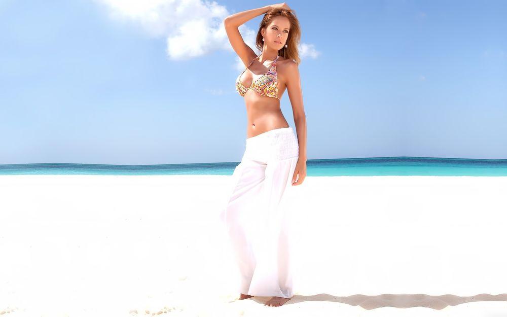 девушка в белых штанах в пустыне
