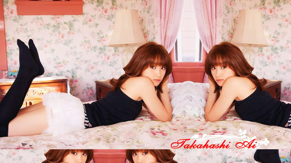 Обои Такахаши Ай / Takahashi Ai лежит на кровати в комнате с цветочными обоями