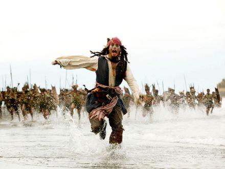 Обои Капитан Джек Воробей убегает от разгневанных туземцев (Пираты Карибского моря Сундук мертвеца - 2)