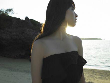 Обои Коджима Харуна / Kojina Haruna в чёрном платье на пляже смотрит на море