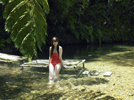 Обои Коджима Харуна / Kojina Haruna в красном купальнике отпустила ноги в воду