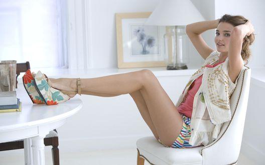 Обои Модель Victoria`s Secret Миранда Керр / Miranda Kerr сидит на стуле положив ноги на стол