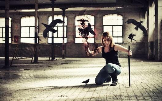 Обои Девушка сидит с мечом и с воронами