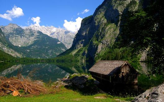 Обои Домик с озером в горах
