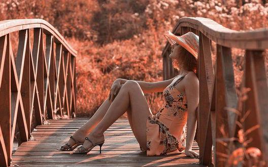 Обои Девушка сидит на деревянном мостике