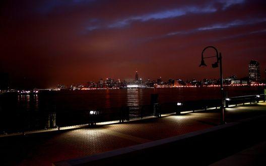 Обои Набережная, на той стороне реки город в вечерних огнях