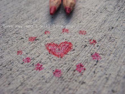 Обои Красными карандашами на полу нарисовано сердце (Love me, and I will love you)