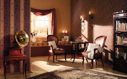 Обои Гостиная в старинном стиле, в коричневых тонах: старинные антикварные кресла, столик, книжная полка и патефон